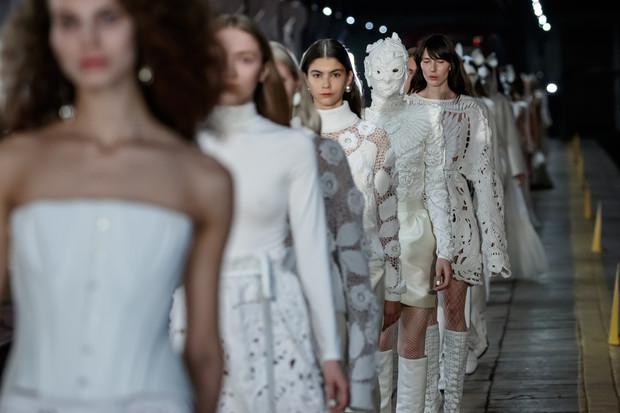 Магия чистого белого цвета и звездные модели на шоу Alexander Arutyunov