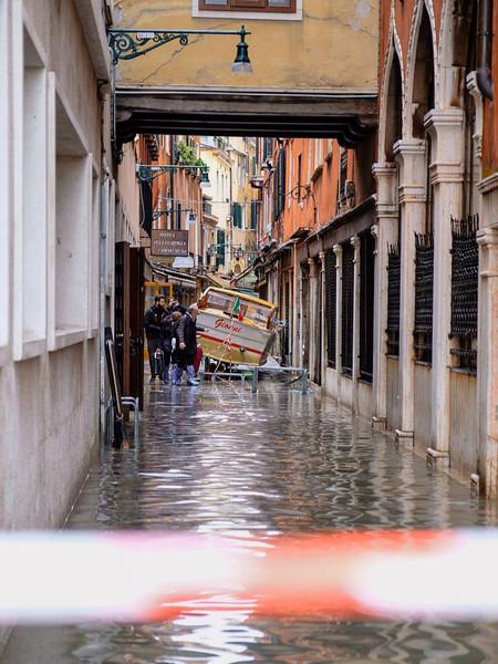 Летучая в сапогах гуляет по затонувшей Венеции