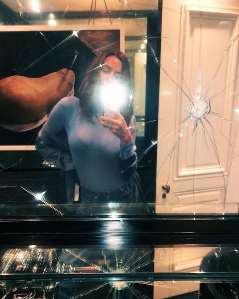 Плохая примета: Шейк сфотографировалась в разбитом зеркале