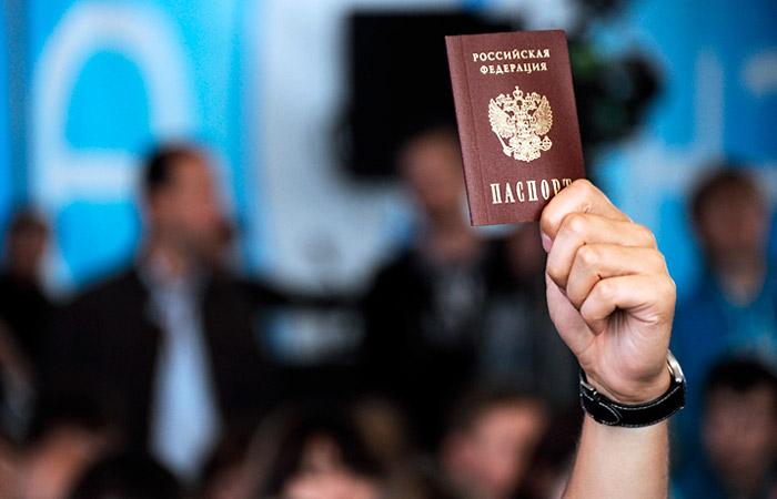 Иностранцы теперь могут получать российское гражданство без отказа от своего