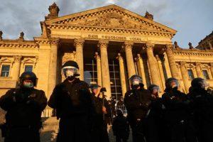В Берлине протестующие против карантинных мер штурмуют Рейхстаг
