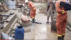 В Китае не «очень стройный» мужчина застрял в колодце