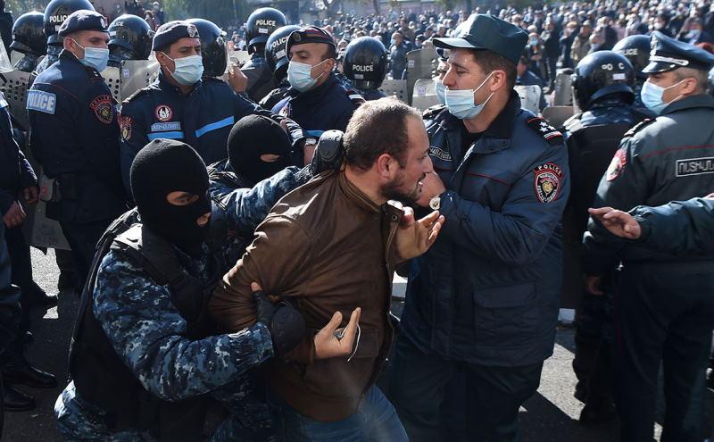 В Ереване начались волнения, на митинге задержано 130 человек