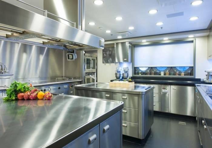 Кухонная мебель из нержавеющей стали: особенности и преимущества