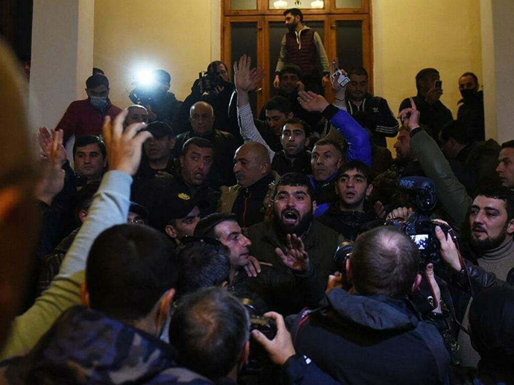 В Ереване протестующие ворвались в административное здание