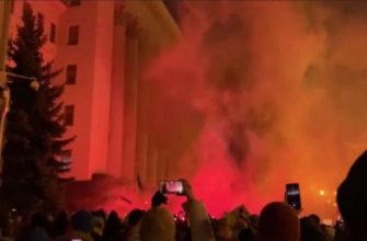 В Киеве протестующие забросали петардами офис президента Зеленского