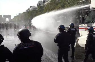 Во Франции против протестующих антивакцидников применили водомёты и газ