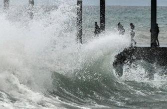 В Китае гигантская волна смыла в море 10 туристов