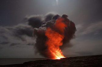 Вулкан на Канарах продолжает извергаться, лава достигла моря